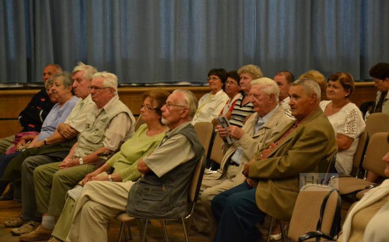 """A Szentesi Művelődési Központ, a Városi Könyvtár és az Együtt Szentesért Egyesület szeptember 6-án az Ifjúsági házban """"Arcképek Szentesről"""" címmel rendezett programjában Szirbik Imre, Szentes polgármestere mutatkozott be. Az Együtt Szentesért Egyesület már évek óta szervezi ezt a sorozatot, a most induló évad első """"bemutatkozója"""" a város vezetője volt. A beszélgetést Szobota Imréné, az egyesület elnöke vezette. Az elején kérte beszélgetőpartnerét és a közönséget, hogy a sorozat eddigi gyakorlatát követve politikáról ne essék szó, és ezt be is tartották. A közel két órás diskurzus túlnyomó többsége a polgármester életútjának, magánéletének vonatkozásait (tanulmányok, katonaság, család, szabadidő eltöltés) érintette, a közéleti rész (a konkrét munkájának egyes elemei) valóban csak egy lényegesen kisebb hányadot érintett. A közönség számára az életpálya alaposabb megismerését Dóczi Gáborné, ny. iskolaigazgató (Petőfi Sándor Ált. Isk.), és Magyar József, a Hungerit elnök-vezérigazgatója hozzászólásával segítette."""