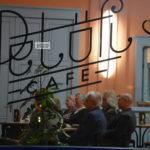 Irodalmi est a kávézóban