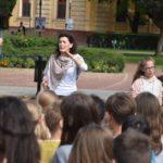 Iskolai összkar koncertje a város fő terén