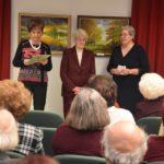 Szeretetet és közösségteremtést sugárzó festmények a könyvtárban